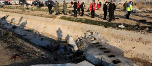 Destroços de avião ucraniano são vistos em Shahedshahr, sudoeste da capital Teerã, no Irã. (Arquivo Blasting News)