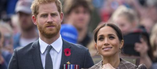 Il 'pasticcio' di Harry e Meghan: lei è fuggita in Canada, lui è rimasto a Londra a 'vedersela' con la nonna, il padre e il fratello.
