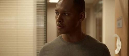 Wesley filma crimes de Belizário e corre sérios riscos em 'Amor de Mãe'. (Reprodução/TV Globo)