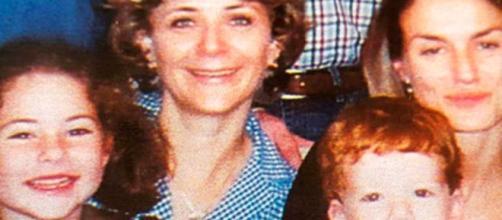 La periodista y hoy reina consorte Letizia Ortiz (derecha) junto a Evelyn Von Brocke y sus hijos en una foto de 2001