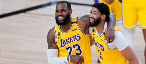 A dupla de jogadores do Los Angeles Lakers, LeBron James e Anthony Davis, ganham a NBA de 2020. (Arquivo Blasting News)