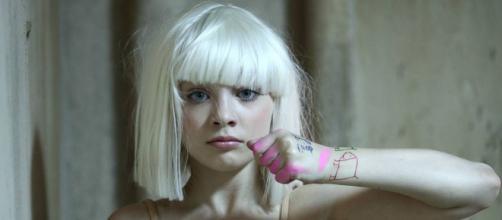 Atriz mirim brilhou no clipe de Sia, 'Chandelier'. (Reprodução/YouTube)