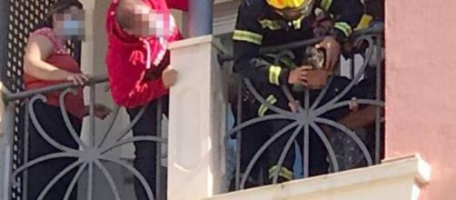 Los bomberos postearon las imágenes del salvataje del niño atrapado en una peligrosa situación.