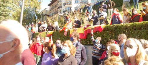Portando multitud de banderas el publico vitoreo a FAS y Felipe VI y renegó del gobierno a partes iguales.