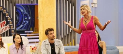 Grande Fratello, Brandi critica Antonella Elia: 'Veniva anche lei agli aperitivi'.