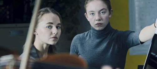 Madison Iseman (esquerda) e Sydney Sweeney são as protagonistas de 'Nocturne' novo filme da Amazon. (Foto: Arquivo Blastingnews)