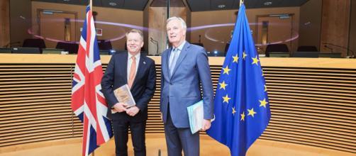 Michel Barnier (derecha), y su homólogo británico, David Frost.
