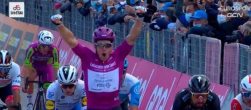Arnaud Demare vince anche lo sprint di Rimini al Giro d'Italia.