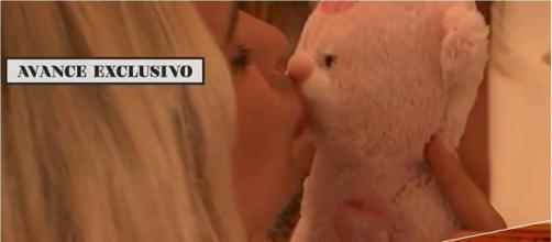 El oso de Mayka fue besado y colgado por las tentadoras
