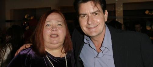 Conchata Ferrell junto a Charlie Sheen