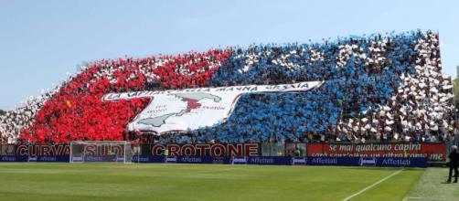 Crotone, tifosi allo stadio contro la Juventus.