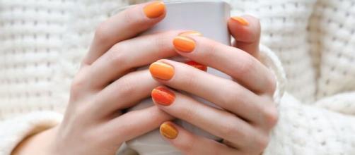 Moda unghie autunno/inverno: l'arancio e il verdone sono i colori del momento.