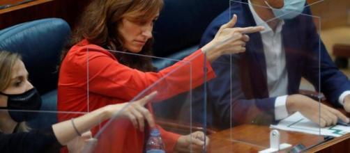 Después de que un gesto suyo se interpretara como un disparo, la diputada de Más Madrid Mónica García ha dado explicaciones a través de sus redes