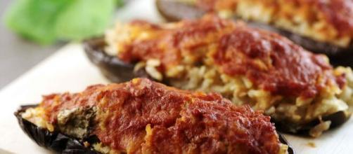 Melanzane farcite al forno, un delizioso piatto mediterraneo.