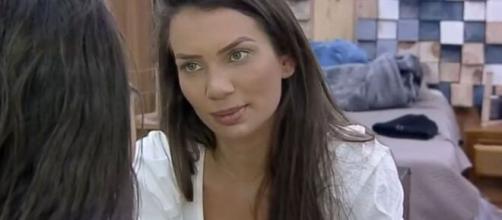 Stéfani Bays revela que tomava seus banhos no 'De Férias com Ex' completamente nua. (Reprodução/Record TV)