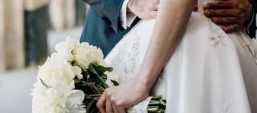 Coppia di sposi durante la festa di matrimonio