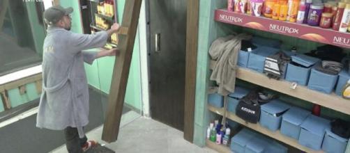 Raissa quebra porta de cabine em 'A Fazenda 12'. (Reprodução/RecordTV)
