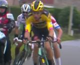 L'impatto tra Alaphilippe e la moto al Giro delle Fiandre