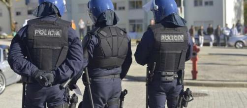 Agente da PSP agredido com arremesso de garrafas