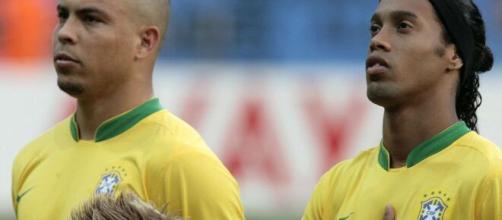 Ronaldo e Ronaldinho Gaúcho estão entre os brasileiros a levar o prêmio Bola de Ouro Dream Team. (Arquivo Blasting News)