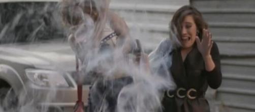 Yasmin e Lorena serão atingidas com um balde de tinta em 'Totalmente Demais'. (Reprodução/TV Globo)