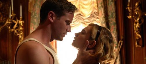 Armie Hammer e Lily James estão em 'Rebecca - A Mulher Inesquecível'. (Reprodução/Netflix)