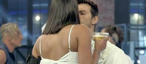 Mariano namora Jakelyne em 'A Fazenda 12'. (Reprodução/RecordTV)