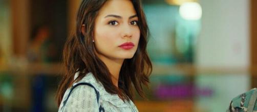 Demet Özdemir oltre a fare l'attrice è anche una ballerina