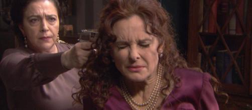 Il Segreto, spoiler spagnoli: Francisca minaccia Isabel con un'arma da fuoco.