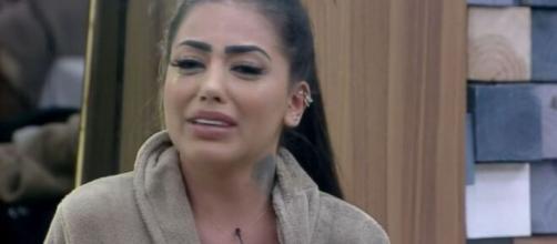 Mirella reclama Jojo e sofre desmaio durante formação da roça. (Reprodução/Record TV)