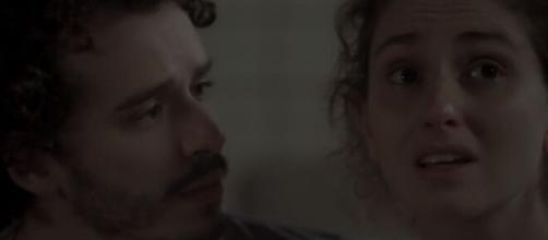 """Cláudio e Ivana tem primeira noite de amor desastrosa em """"A Força do Querer"""". (Reprodução/TV Globo)"""