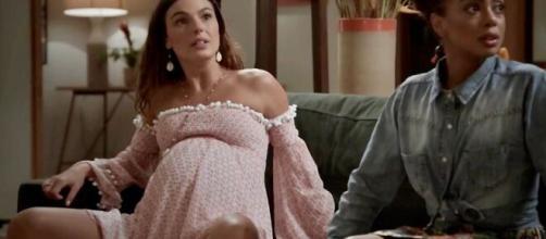 Ritinha sofre para dar a luz em meio a tiroteio. (Reprodução/TV Globo)