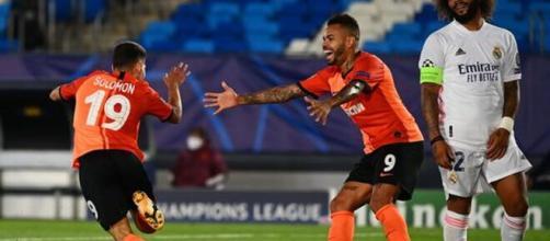 Solomo y Dentinho celebran el tercer gol del Shakhtar ante el Real Madrid. Foto: AFP
