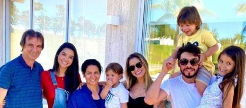 Andressa Suita posa ao lado da família. (Reprodução/Instagram)