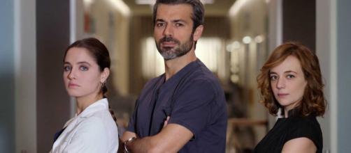 Doc - Nelle tue mani: Andrea Fanti (Luca Argentero) tra Giulia (Matilde Gioli) e Agnese (Sara Lazzaro).