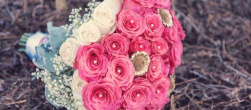 This tutorial teaches you how to make your own bridal bouquet using fresh flowers - [Source: Pixabay.com]