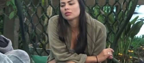 Victória troca nome de Raissa por ofensas e a chama de 'louca, coisa, estranha'. (Reprodução/Record TV)