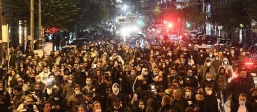 Proteste a Napoli nella prima notte di coprifuoco: corteo per le strade.