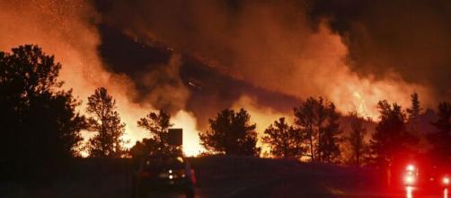 Se intensifica incendio en las montañas rocosas de Colorado.