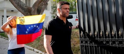 Leopoldo López sale de la embajada de España y del país