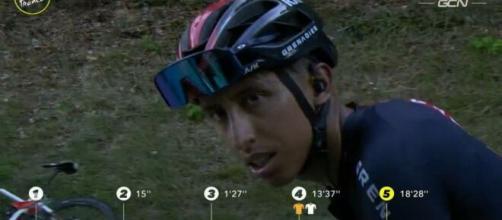 Egan Bernal impegnato al Tour de France.