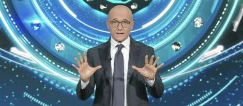 GF Vip: Alfonso Signorini parla di una sospetta positività tra i nuovi concorrenti.