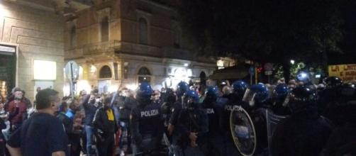 Lecce, protesto contro il nuovo Dcpm in piazza Sant'Oronzo: tensioni con le forze dell'ordine,