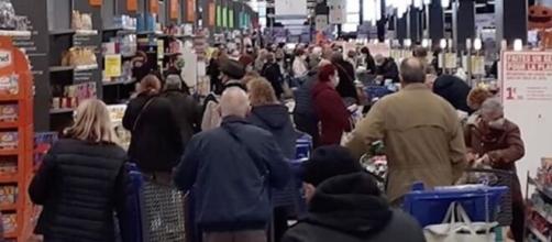 Les français prennent d'assaut les supermarchés - photo capture d'écran Facebook
