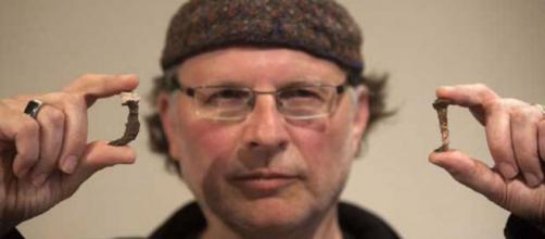 El periodista y director cinematográfico Simcha Jacovici muestra los clavos encontrados en la tumba de Caifás