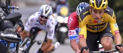 La caduta di Julian Alaphilippe al Giro delle Fiandre.