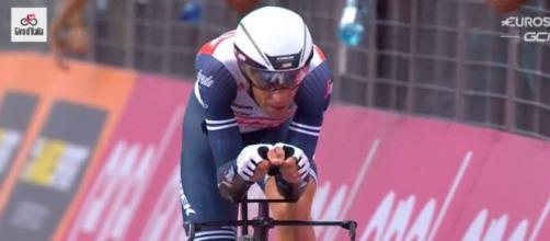 Vincenzo Nibali impegnato nella prima tappa del Giro d'Italia.