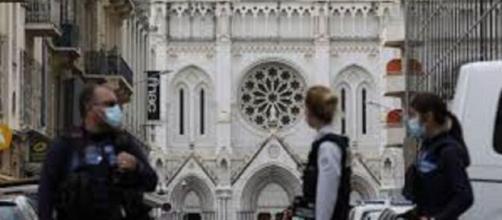 Atentado terrorista islámico en basílica de Notre Dame.