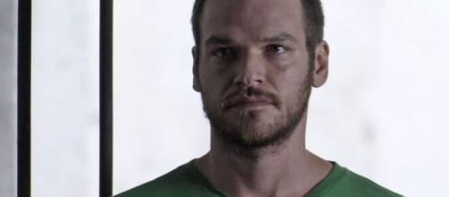 """Rubinho na cadeia em """"A Força do Querer"""". (Reprodução/TV Globo)"""