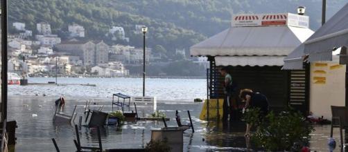 Terremoto en Turquía y Grecia causó inundaciones. El agua de mar cubre el puerto de Vathi en la isla de Samos.